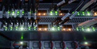 Rede informática da tecnologia da informação Conexão a Internet e telecomunicações Os cabos fecham-se acima imagem de stock royalty free