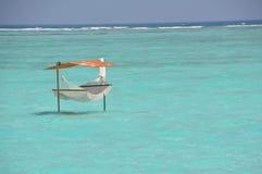 Rede na praia privada, Maldivas imagens de stock royalty free