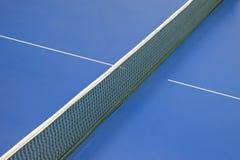 Rede para o pingpong e a tabela azul do tênis Fotografia de Stock Royalty Free