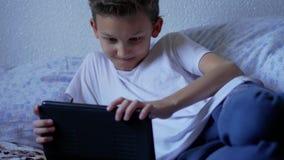Rede social no menino do adolescente da tabuleta, emoções da consultação video estoque