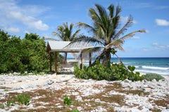 Rede Tiki Hut da ilha de Brac do caimão imagens de stock royalty free