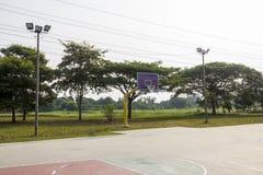 Rede vazia da aro do campo de básquete Fotografia de Stock
