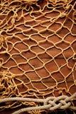 Rede velha da corda e de pesca na placa de madeira idosa Fotografia de Stock Royalty Free