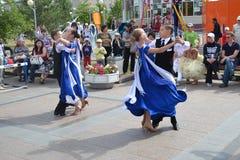Rede von jungen Tänzern in Tsvetnoy-Boulevard Stockfotografie