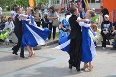 Rede von jungen Tänzern in Tsvetnoy-Boulevard Stockbilder