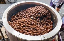 Redemoinho de castanhas roasted Fotografia de Stock Royalty Free