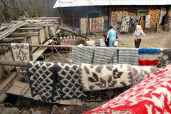 Redemoinho de madeira tradicional em uma vila romena Imagens de Stock Royalty Free