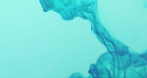 Redemoinho marinho da tinta azul na água azul no movimento 60fps lento Fotografia de Stock