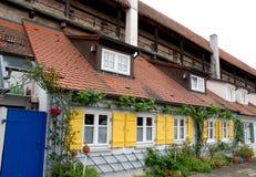 Reden Sie bunte Häuser der Häuser in der Stadt von Nordlingen in Deutschland an Stockbilder
