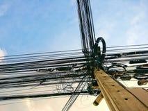 Reden Sie Stromleitungen und Fernmeldeleitungen in der im Stadtzentrum gelegenen Unordnung an stockbild