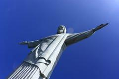 REDENTORE CRISTO, RIO DE JANEIRO, BRASILE - 6 APRILE 2011: Vista dal basso della statua di Cristo il RedeemerIl cielo blu profo Immagine Stock