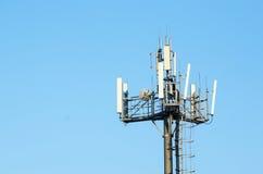 Redes celulares de la antena contra el cielo claro azul Fotos de archivo