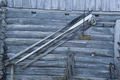 Redes coloridas dos peixes, cordas e o outro equipamento de pesca em Noruega Fotos de Stock