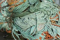 Redes coloridas dos peixes, cordas e o outro equipamento de pesca em Noruega Imagens de Stock Royalty Free