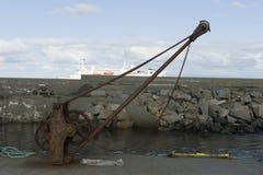 Redes coloridas dos peixes, cordas e o outro equipamento de pesca em Noruega Imagem de Stock