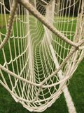 Redes cruzadas del fútbol, fútbol del fútbol en red de la meta con la hierba plástica en patio del fútbol Fotografía de archivo