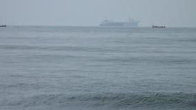 Redes de embalagem em um barco de pesca na Índia filme