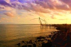 Redes de pesca chinas de la puesta del sol Kerala Fotos de archivo