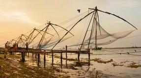 Redes de pesca chinas en el fuerte Kochi Foto de archivo libre de regalías