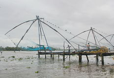Redes de pesca chinas en la playa, la India Foto de archivo libre de regalías