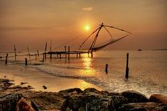 Redes de pesca chinas, fortaleza de Cochin, Kerala, la India imagenes de archivo