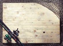 Redes de pesca e ainda-vida da vara de pesca no fundo de madeira Foto de Stock