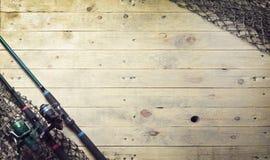 Redes de pesca e ainda-vida da vara de pesca no fundo de madeira Fotografia de Stock Royalty Free