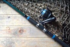 Redes de pesca e ainda-vida da vara de pesca no fundo de madeira Fotos de Stock