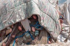 Redes de pesca empilhadas na doca e cobertas com uma cobertura velha Foto de Stock