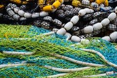 redes de pesca Multi-coloridas em uma pilha Foto de Stock