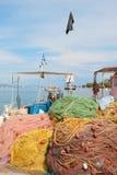 Redes de pesca no porto grego fotos de stock royalty free