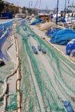 Redes de pesca presentadas en un puerto Foto de archivo