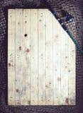 Redes de pesca y aún-vida de la caña de pescar en el fondo de madera Fotos de archivo