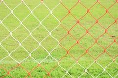 Redes rojas y blancas de la meta del fútbol Imagenes de archivo