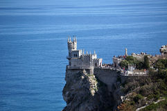 Redet för svala` s är en forntida slott på en vagga arkivbilder
