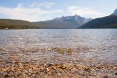 Redfish sjö- och Sawtoothberg i Idaho Royaltyfria Bilder