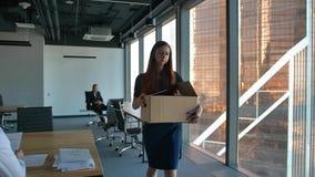 Redhair biznesowej kobiety urlop biuro po podpalającego zbiory wideo