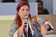 Redhair Fatma Lootah in Elegant kleurrijk Jasje Stock Foto's