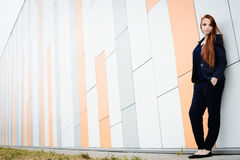 Redhair-Frau mit Sommersprossen außerhalb der Büropause Lizenzfreie Stockfotos