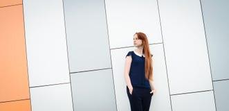 Redhair-Frau mit Sommersprossen außerhalb der Büropause Stockfotografie