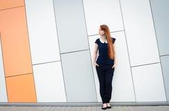 Redhair kobieta z piegami na zewnątrz biurowej przerwy Fotografia Royalty Free