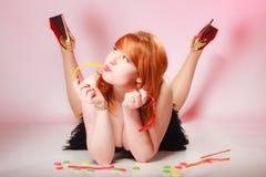 Redhair-Mädchen, das süße Lebensmittelgeleesüßigkeit auf Rosa hält Stockbilder