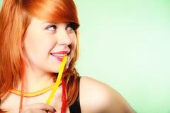Redhair-Mädchen, das süße Lebensmittelgeleesüßigkeit auf Grün hält Lizenzfreie Stockfotos