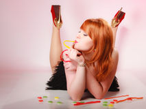 Redhair-Mädchen, das süße Lebensmittelgeleesüßigkeit auf Rosa hält Stockfotografie