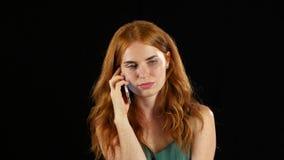 Redhaired девушка говоря на телефоне Черная предпосылка акции видеоматериалы
