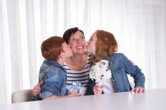 2 redhaired дет давая настоящий момент к их матери Стоковые Фото