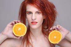 Redhaired dziewczyna z pomarańczową połówką Obrazy Royalty Free