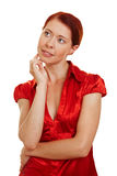 Redhaired Frau, die pensivly denkt Stockfotos