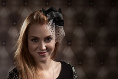 Redhaired Frau im schwarzen Hut Stockbilder