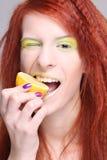 Redhaired Frau, welche die Zitrone beißt Stockfotos